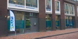 KNAP Veenendaal buitenkant met vlag (verkleind)